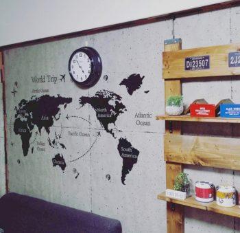 コンクリートの壁紙を貼って雰囲気が変わった壁