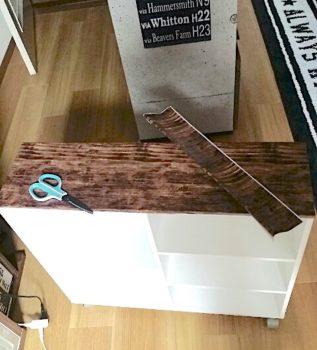 セリアの木目のリメイクシートをカラーボックスに貼る
