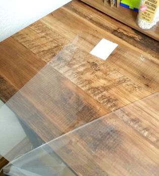 保護ビニールを剥がしたプラスチック板