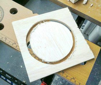 丸く切ったファルカタ材を型に戻す