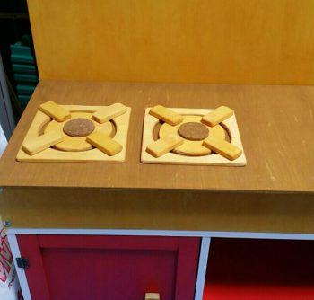 ままごとキッチンの上に置いた木製コンロ