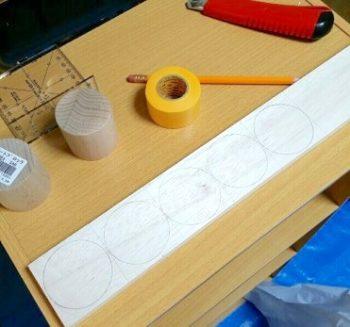 100均の木材でままごとキッチンのつまみスイッチの丸型の型を取る