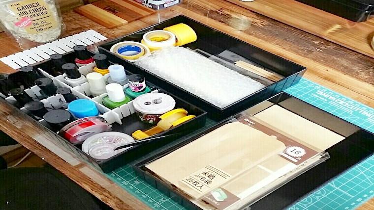 100均の収納アイテムで整理整頓した机