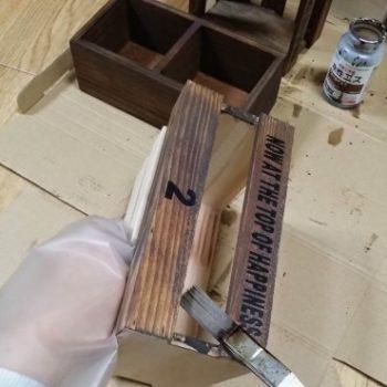 木箱をニスで塗る