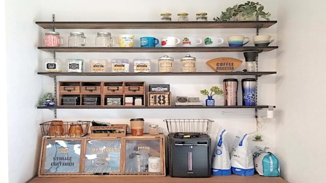 キッチンにガチャ柱で作った収納棚