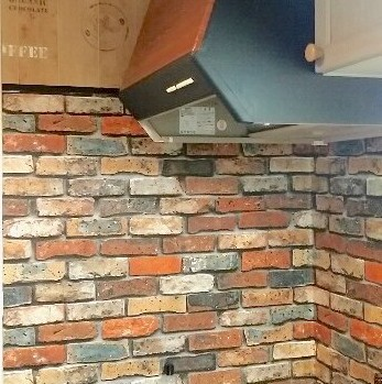 賃貸キッチンのタイルに貼ったレンガの壁紙