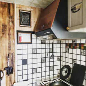 賃貸のキッチンをブルックリンタイルと木目の壁紙でリメイクした後
