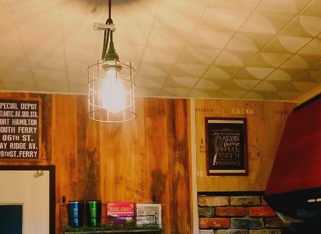 キッチンにエジソンランプを飾る