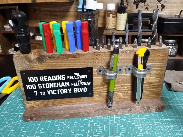 端材に付けた金具にペンとカッターを通す