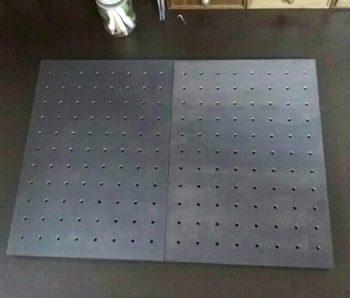 2枚を張り合わせた有孔ボード
