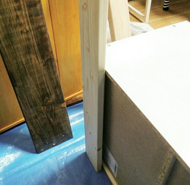 ままごとキッチンの壁を固定する
