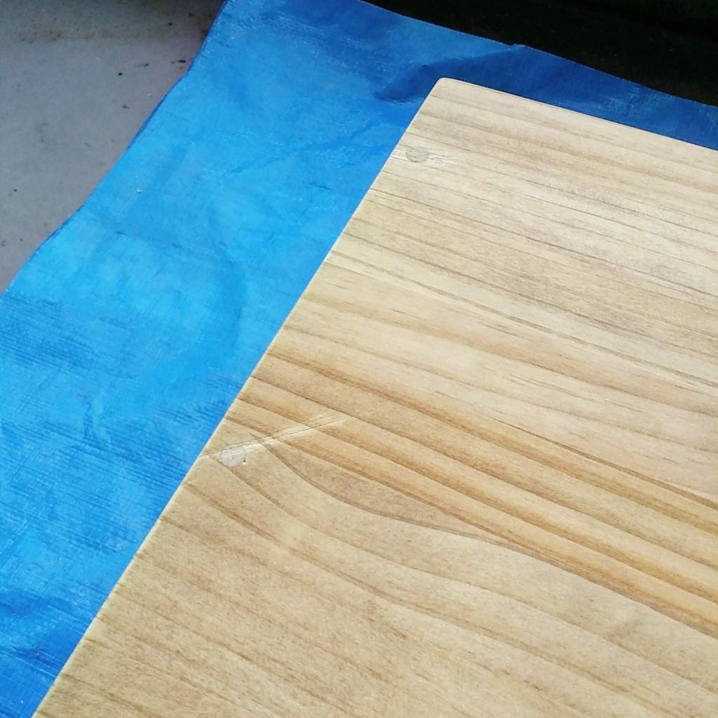 ダボのカットで失敗して傷ついたテーブル天板