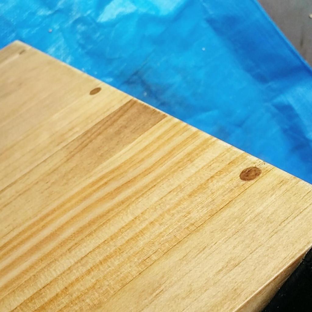 ダボでビスを埋め込んで隠した後にワトコオイルで塗装した天板
