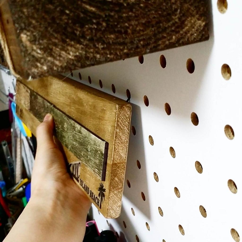 有孔ボードに自作のフックで収納を取り付ける