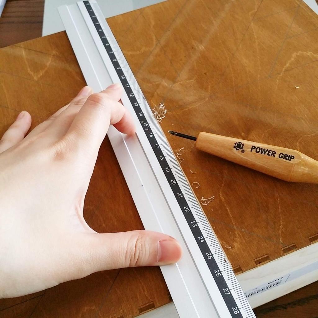 彫刻刀でヘリンボーンの下書き線を彫る