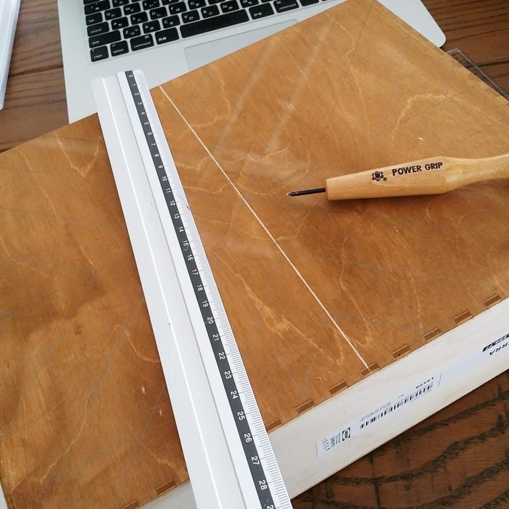 IKEAのファイルボックスに彫刻刀で直線を彫る