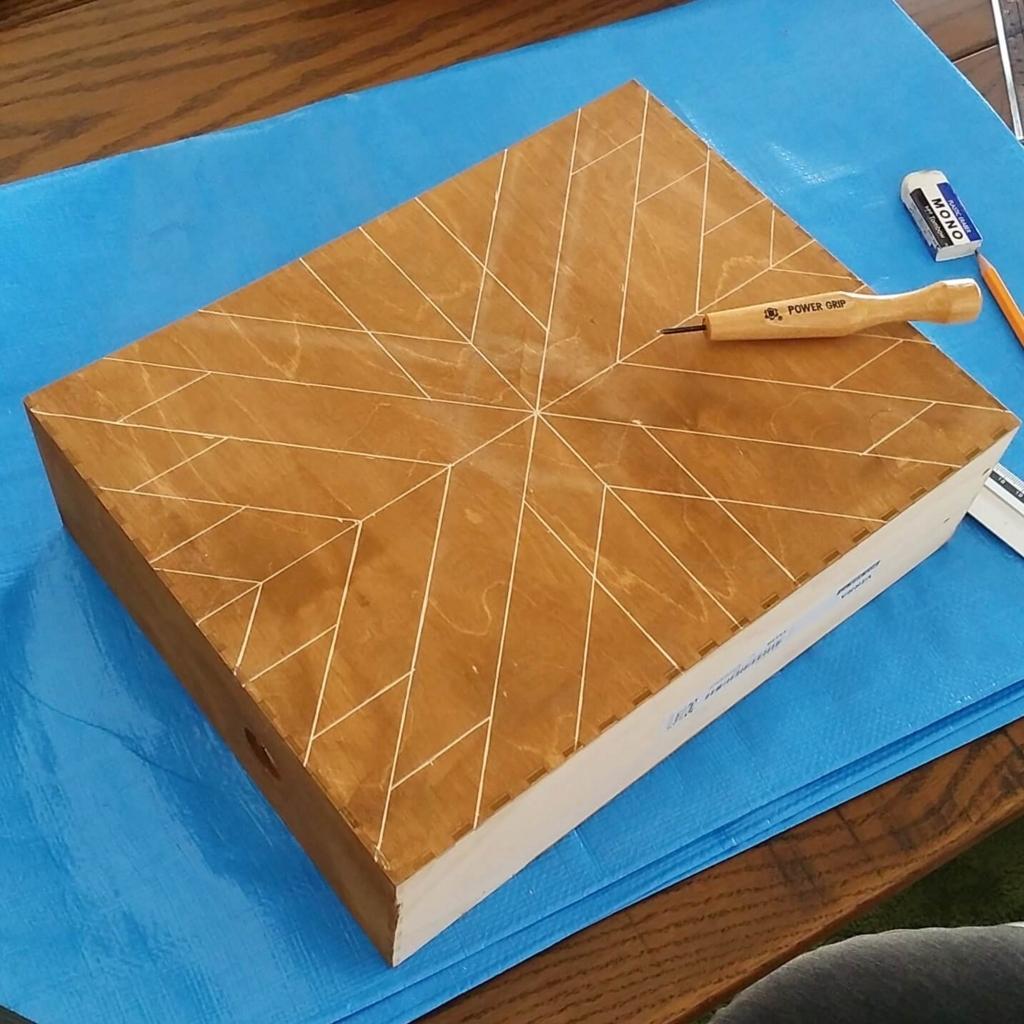IKEAのファイルボックスに彫刻刀でヘリンボーン柄を彫る