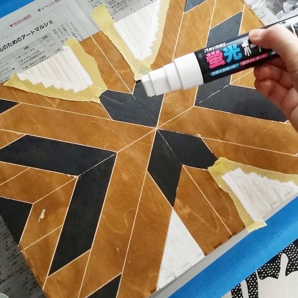 ボードマーカーで木材を塗装する