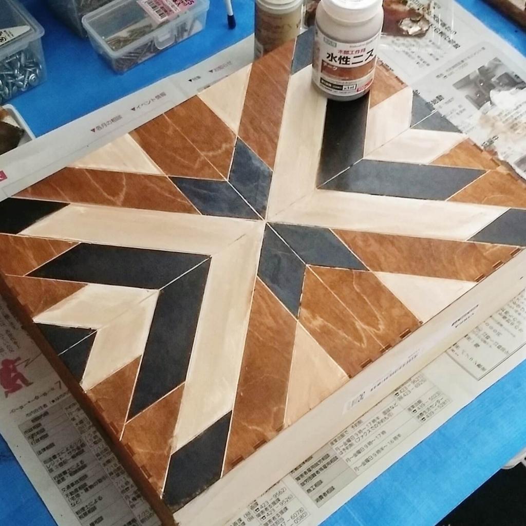 ヘリンボーン柄に塗装したIKEAの木製ファイルボックス