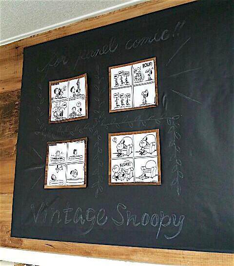 黒板シートにクーピーで下書きを書く