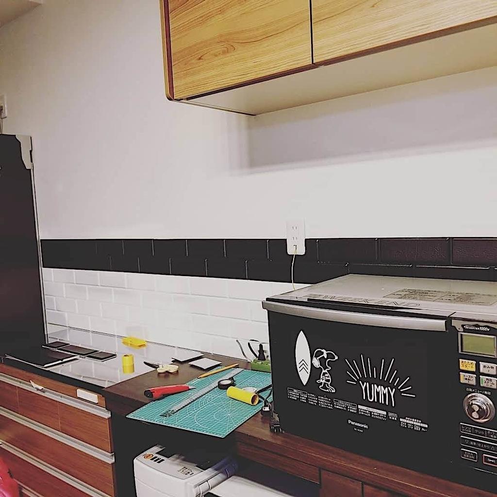 キッチンにタイルシートを貼る