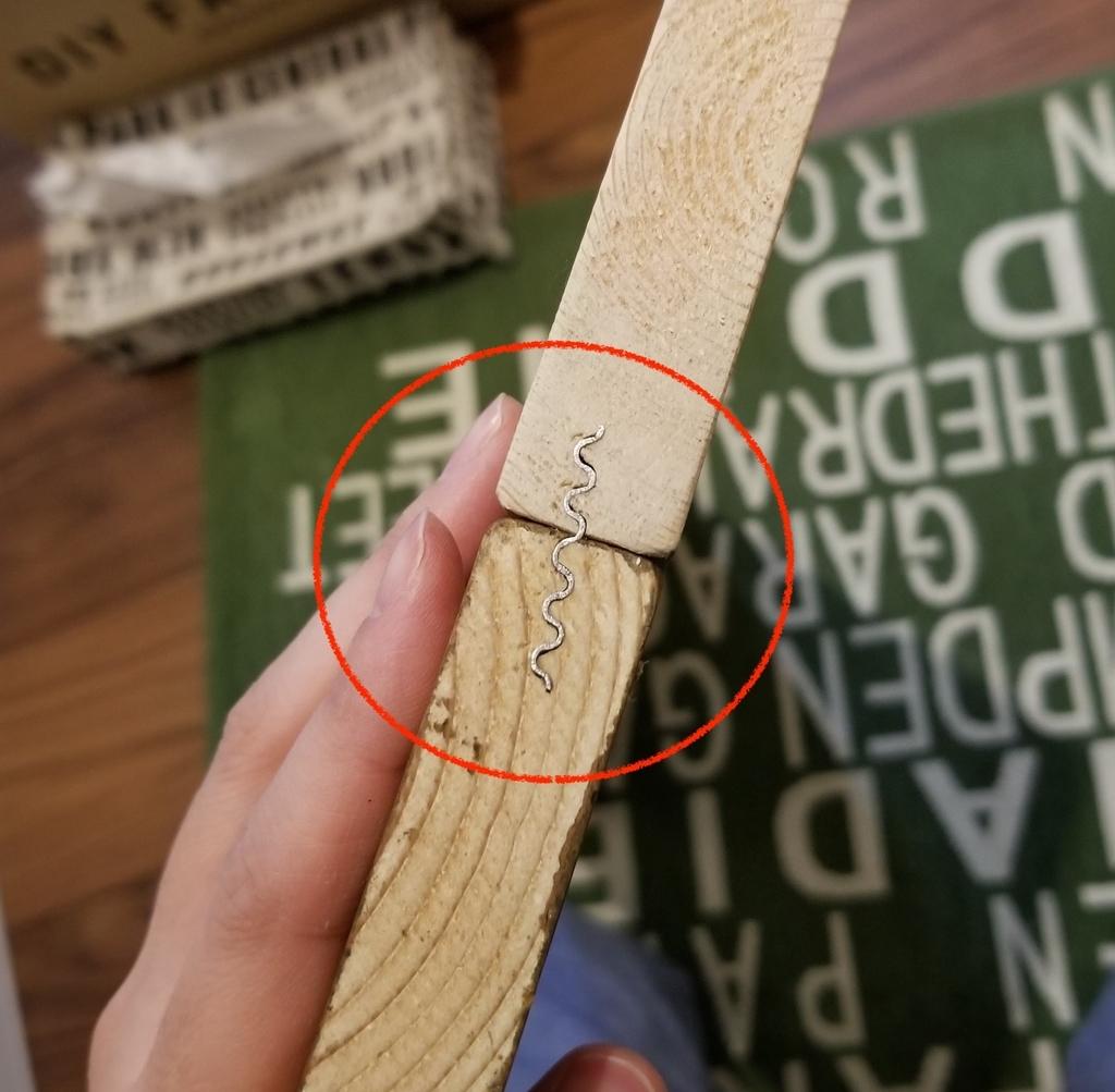 波釘で2枚の木材を固定