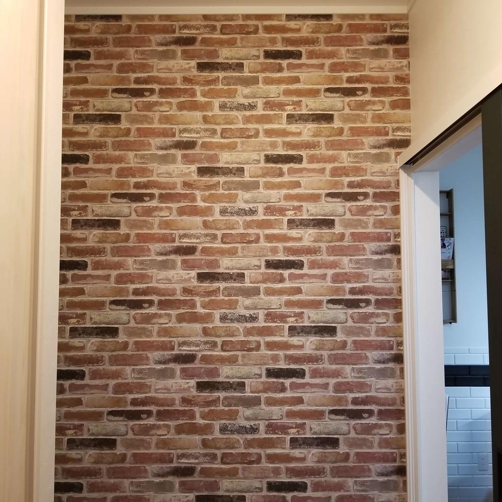 レンガの壁紙の玄関壁