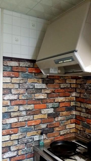 レンガの壁紙を貼ったキッチン