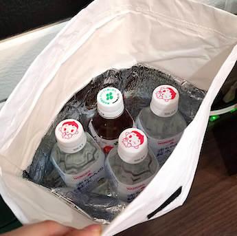 100均のおしゃれな保冷袋に入れたペットボトルの水