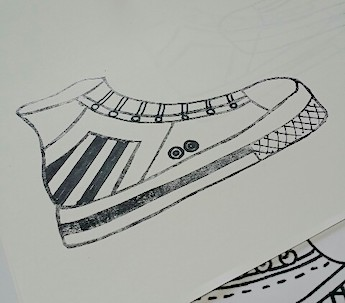 ゴム版はんこのスニーカーにデザインを書き足す
