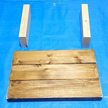 木材をコの字に組んで並べる