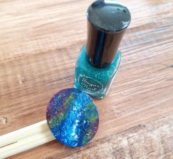100均のグリーンのラメマニキュアで宇宙塗りを作る塗り方