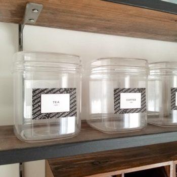 手作りのラベルシールを貼った100均容器