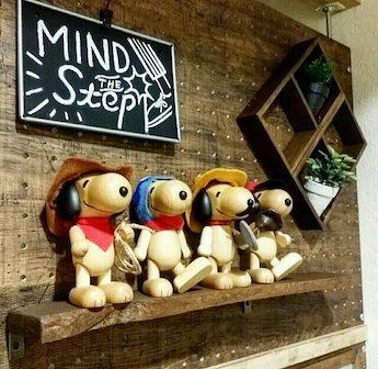 有孔ボードに取り付けた棚板に飾った木製のスヌーピーのマスコット