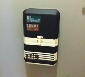 マスキングテープを貼ってリメイクした賃貸の玄関のポスト