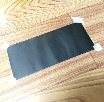 黒板シートをマスキングテープで固定して手書きをする