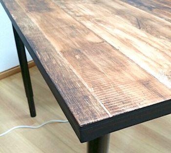 IKEAのテーブルに木目の壁紙を貼って縁をマスキングテープで囲った