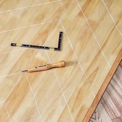 彫刻刀で天板に掘ったヘリンボーン柄の線