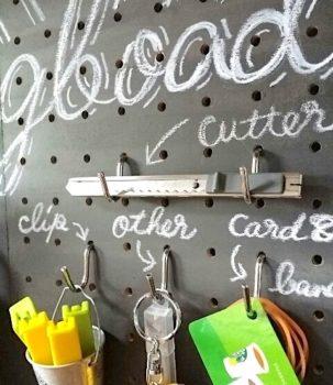 100均DIYで作った有孔ボード収納にチョークで文字を書く