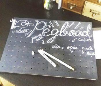 100均の黒板有孔ボードにソリッドマーカーで文字を書く