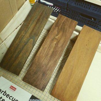 100均の水性ニスで塗った木材