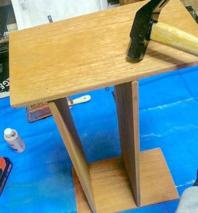 100均の木材でDIYした棚に釘を打って補強する