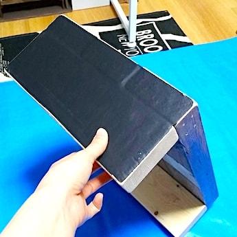 子供の踏み台の横に黒板シートを貼る