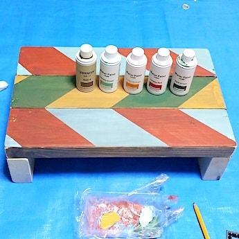 子供の踏み台に100均塗料でペイントしたヘリンボーン柄