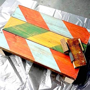 踏み台に塗った100均塗料をアンティーク加工する