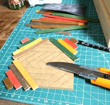ヘリンボーンのハンドメイドコースターに合わせてカットした木製スティック