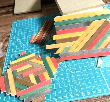 木製スティックが貼り終わったヘリンボーン柄のハンドメイドコースター