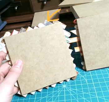 はみ出た木製スティックをカットする
