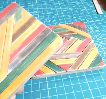 紙やすりで削ったハンドメイドコースターのカット面