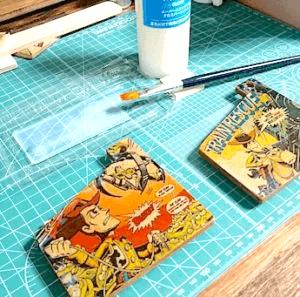 デコパージュ液をコースターに重ね塗りする